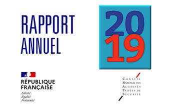 """Image fond Blanc avec Rapport annuel écrit en bleu marine en haut à gauche, 2019 à droite dans un rectangle fond blanc bleu (20 et 19 se trouvant l'un sur l'autre), la charte de l'Etat """"République française"""" en bas à gauche tandis que le logo du CNAPS se trouve en bas à droite."""